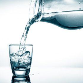 Вся ли вода одинаково полезна? Какую воду нужно пить? Водород или водопровод? Стекло или пластик?